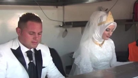 Couple feeds thousands of refugees during wedding Good Stuff Newday _00001520.jpg