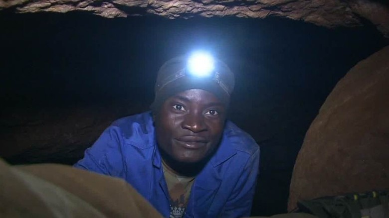 Illegal migrants risk death mining for gold