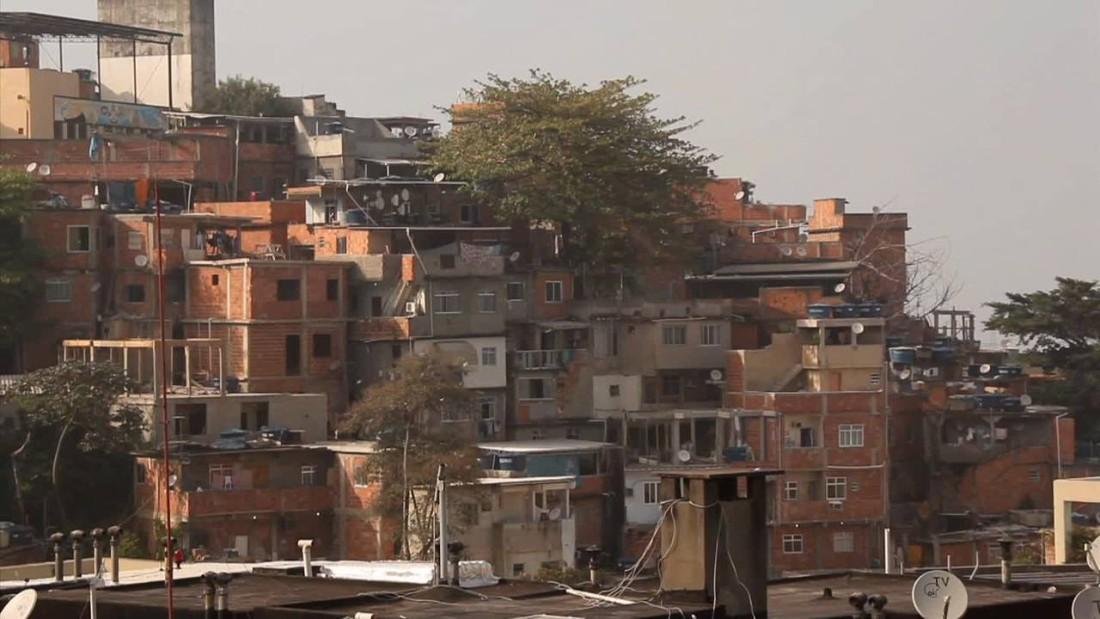 cnnee pkg darlington favelas brazil lodging_00021110.jpg