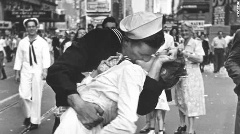 vj day sailor kiss orig nws_00001408