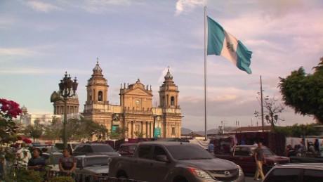 cnnee pkg romo guatemalas crisis president protest_00023820