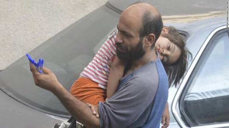 Gissur Simonarson & # 39; s photo of Abdul selling pens on the streets of Beirut as he cradled his sleeping daughter struck a chord with more than 6,000 of Simonarson & # 39; s Twitter followers.