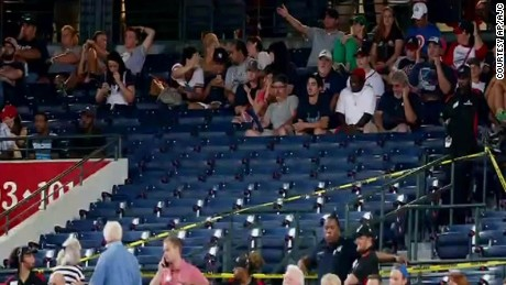 braves yankees fan falls from stands georgia dnt_00000812