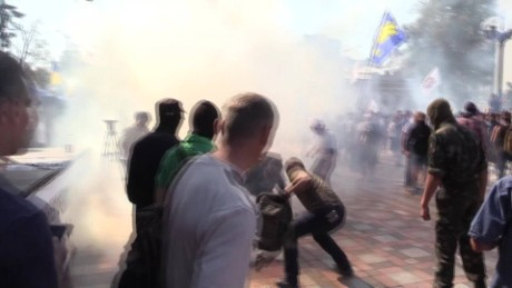 Ukraine protest clash grenade Mobile_00001622