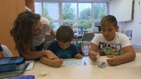 german school welcomes refugees shubert pkg_00013702