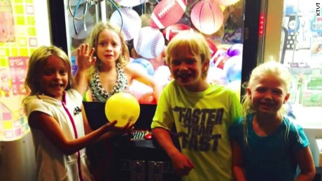 girl stuck in claw machine after dare pkg_00003017