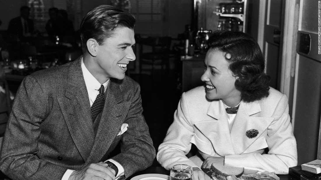 Ronald Reagan, the 40th president of the United States, first became famous as an actor. Here, he sits with American actress Margaret Lindsay in the Warner Brothers Studio commissary in 1935.