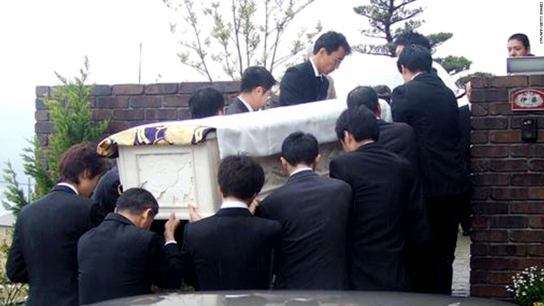 Relatives carry the body of Iccho Ito, the mayor of Nagasaki who was shot and killed by Yamaguchi-gumi member Tetsuya Shiroo, in April 18, 2007.