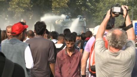 migrants serbian hungarian border wedeman lkl_00022327