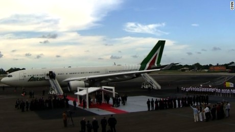 cnnee brk pope francis plane lands in cuba_00033103