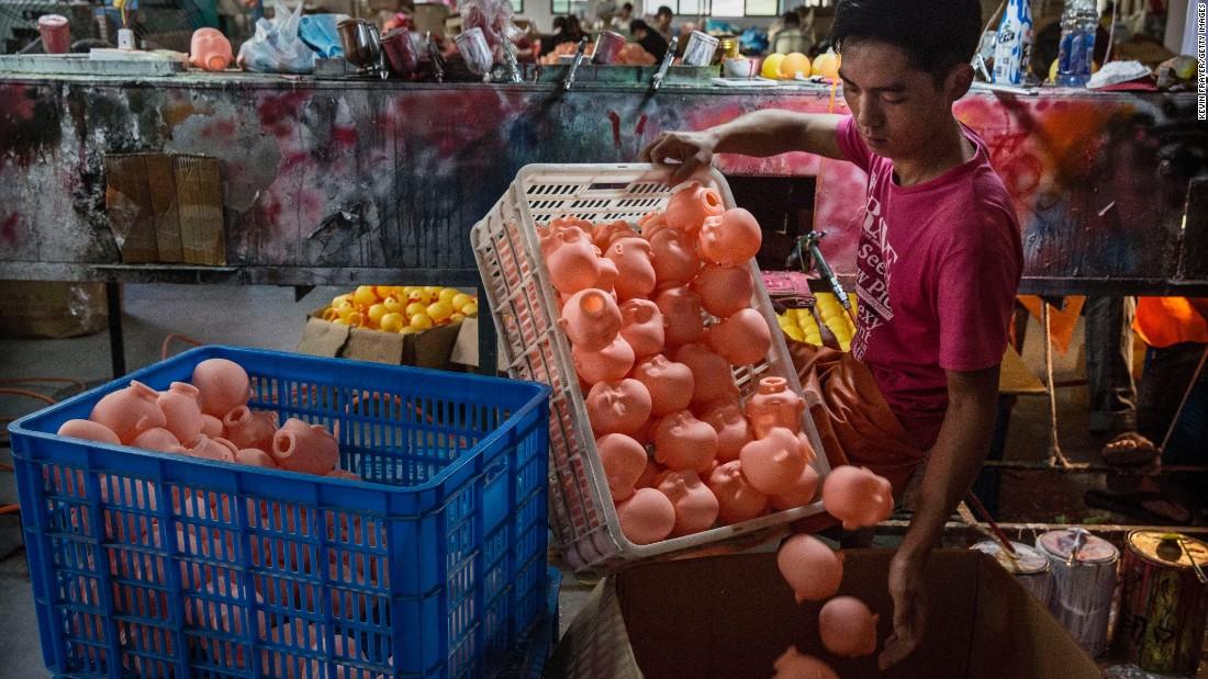 Ένας Κινέζος εργάτης οργανώνει πλαστική κούκλα κεφάλια μετά από τη ζωγραφική τους σε ένα εργοστάσιο παιχνιδιών στις 17 Σεπτεμβρίου στο Xitang, Κίνα.  Αγορά εταιρεία ερευνών Euromonitor International αναφέρει ότι οι λιανικές πωλήσεις των παιχνιδιών και παιχνιδιών στην Κίνα έχουν αυξηθεί περίπου 13% ετησίως από το 2008. Το 2013, οι συνολικές πωλήσεις ήταν μόλις ντροπαλός των $ 20 δισ.