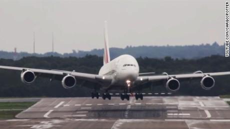 Plane landing wind Dusseldorf airport_00000000.jpg