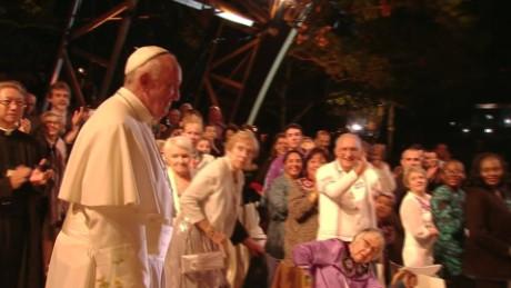cnnee brk vo pope fam ferst walk up_00000313