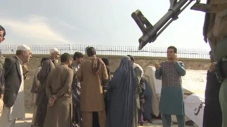 residents fleeing kunduz pkg robertson wrn_00002426