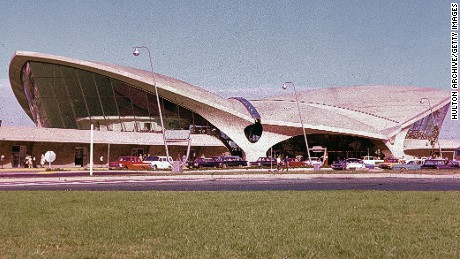 A view of the Trans World Airlines (TWA) Terminal, designed by architect Eero Saarinen, New York City, circa 1962. (Photo by Hulton Archive/Getty Images)