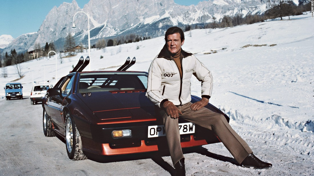 Eschewing the Citroen, Bond breaks out another awesome Lotus on the ski slopes of Cortina. Unfortunately he finds a dead body inside.