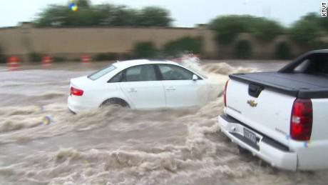 texas flooding rain cars road raw_00001105