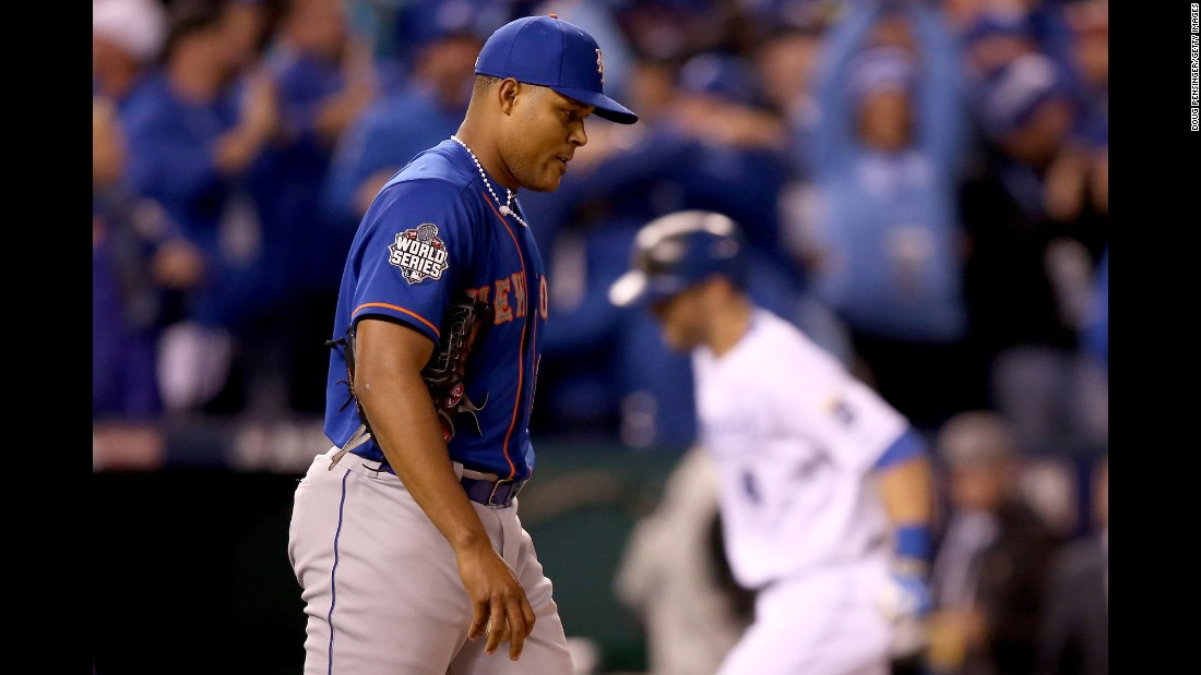 Jeurys Familia of the Mets reacts after Alex Gordon of the Royals hits a solo home run in the ninth inning.