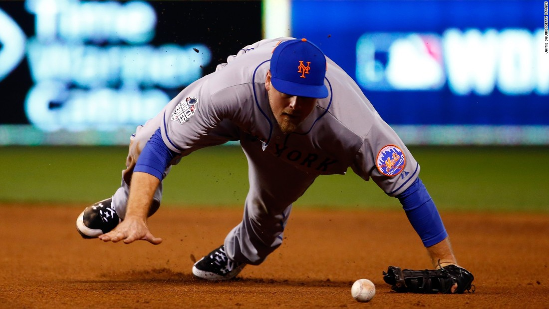 New York Mets player Lucas Duda makes an error on a ball hit by Ben Zobrist of the Royals in the fourth inning.