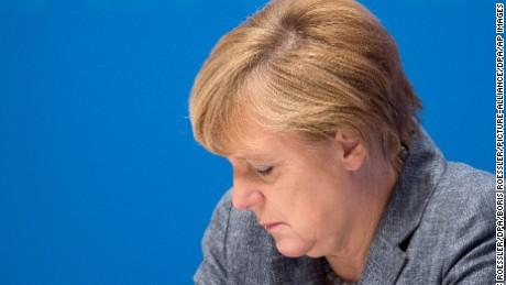 Bundeskanzlerin Angela Merkel (CDU) sitzt am 02.11.2015 in Darmstadt (Hessen) auf der abschliessenden Zukunftskonferenz ihrer Partei auf dem Podium und blickt nach unten. Photo by: Boris Roessler/picture-alliance/dpa/AP Images