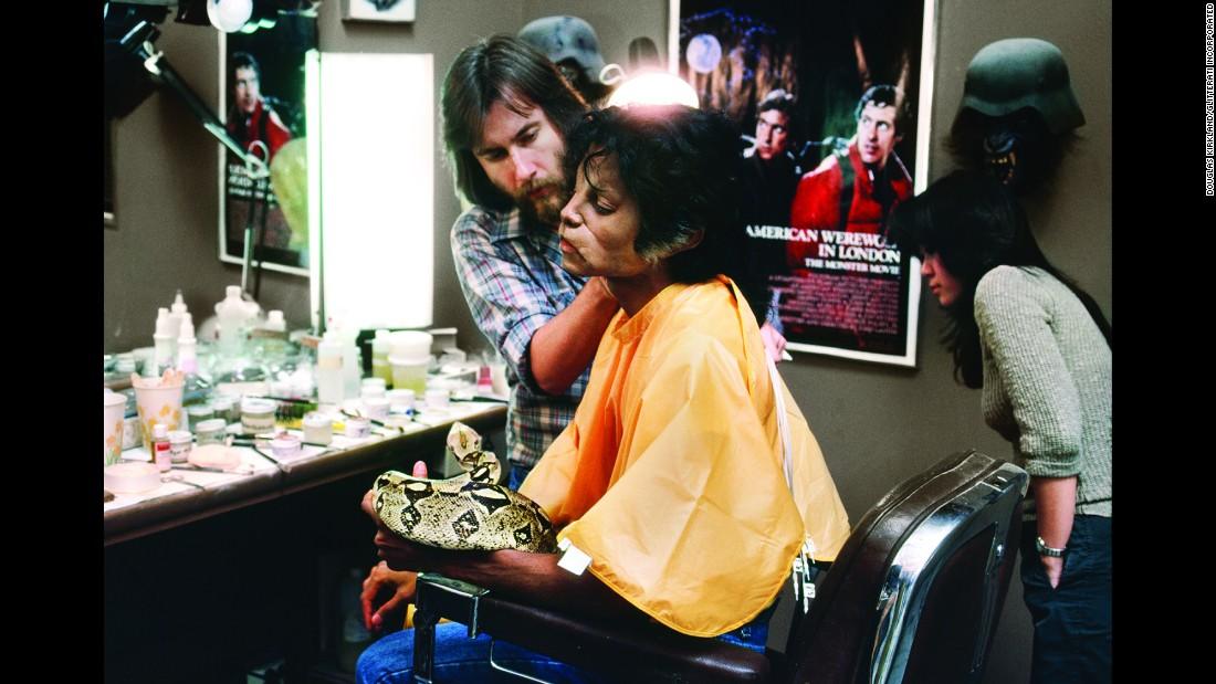 10 photos des coulisses du tournage de Thriller 151113102414-06-tbt-michael-jackson-thriller-restricted-super-169