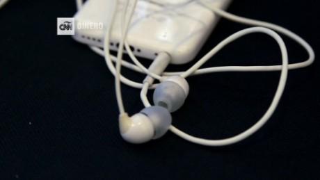 cnnee pkg burke apple news headphones _00002226