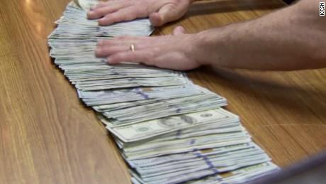 $32000 accidentally left applebees returned pkg_00003023