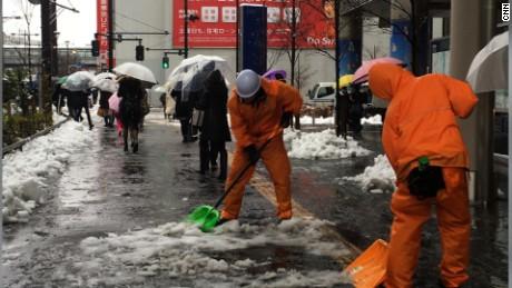 cnnee vo cafe japan snow storm _00002326