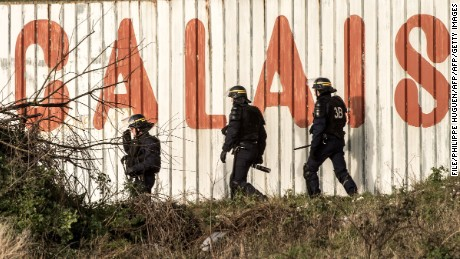 UK to build 'big new wall' in Calais to stop migrants