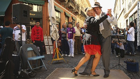 But the main reason most visitors flock to San Telmo is to watch, admire and applaud the tango demonstration dancers: young, old, but always graceful, they keep the audience spellbound and enchanted.