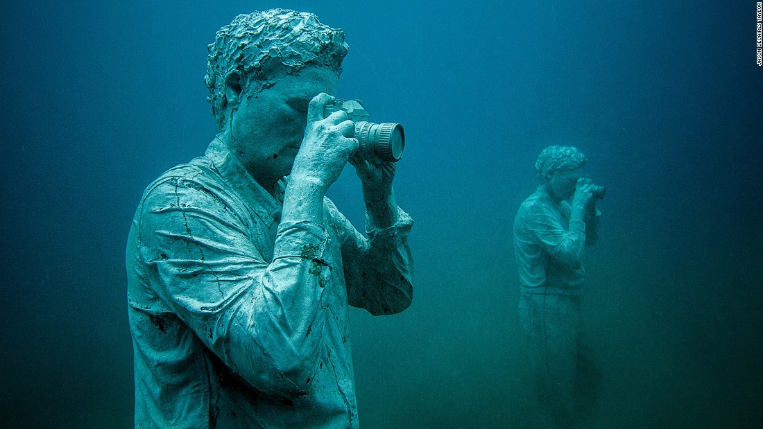 "A set of sculptures by international artist Jason deCaires Taylor are being installed on the seafloor of Las Coloradas bay. His project is inspired by ""the defense of the ocean."""
