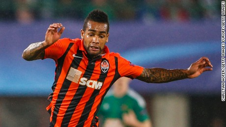 VIENNA, AUSTRIA - AUGUST 19:  Christopher Dibon of Vienna (L) competes for the ball with Alex Teixeira of Donetsk during the UEFA Champions League: Qualifying Round Play Off First Leg match between SK Rapid Vienna and FC Shakhtar Donetsk on August 19, 2015 in Vienna, Austria.  (Photo by Christian Hofer/Getty Images)