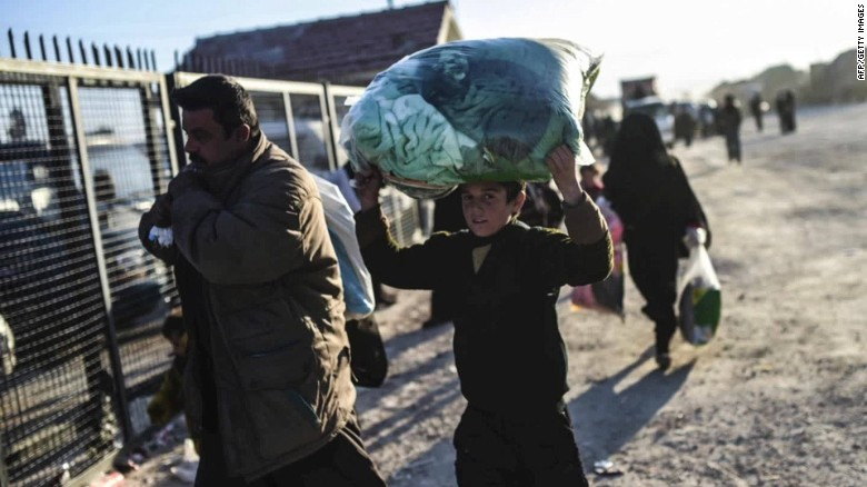 Thousands of Syrians stranded along Turkish border