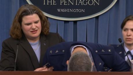 VIDEO: Generál ozbrojených sil USA omdlel během vystoupení před novináři