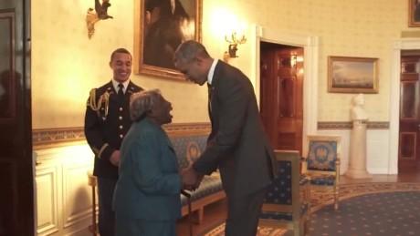 cnnee vo obama baila con mujer de 106 años casa blanca _00003417