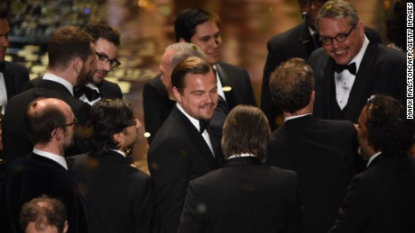 Actor Leonardo DiCaprio (C) and other participants and winners of the 88th Oscars celebrate on stage on February 28, 2016 in Hollywood, California. AFP PHOTO / MARK RALSTON / AFP / MARK RALSTON (Photo credit should read MARK RALSTON/AFP/Getty Images)
