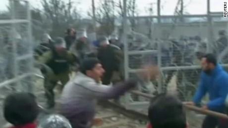 migrants charge macedonia fence morgan lklv_00014723