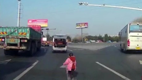 cnnee encuentro vo china nino cae de auto en autopista_00002410
