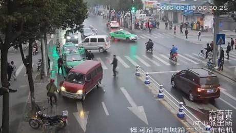 cnnee nat china jovencita atropellada por furgoneta_00002915