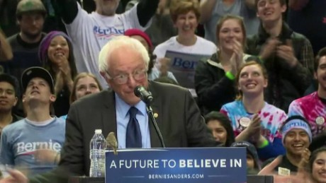 Bird lands on Bernie Sanders podium in portland_00002912