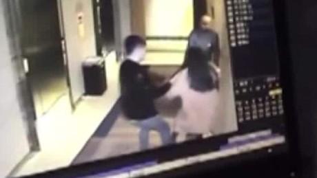 cnnee nat pkg viral china ataque mujer hotel beijing_00001922