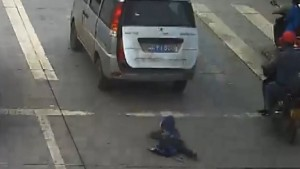 child falls van hit car China orig vstan dlewis_00000000.jpg