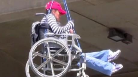 cnnee pkg gloria carrasco manifestacion bolivia a favor de los discapacitados _00004305
