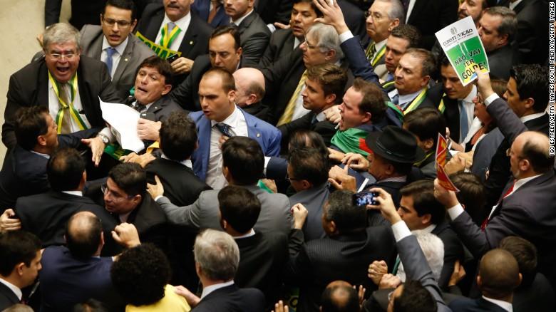 legisladores brasileiros gritaram, brigaram e até cantou como eles debateram se a acusar o presidente Dilma Rousseff, no domingo.  Durante um período de seis horas, eles finalmente votou 367-137 para acusar o presidente.