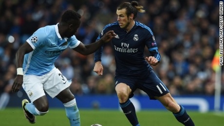 Real Madrid's Welsh forward Gareth Bale (R) takes on Manchester City's French defender Bacary Sagna (L) during the UEFA Champions League semi-final first leg football match between Manchester City and Real Madrid at the Etihad Stadium in Manchester, northwest England, on April 26, 2016. / AFP / PAUL ELLIS        (Photo credit should read PAUL ELLIS/AFP/Getty Images)