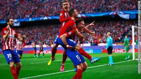 MADRID, SPAIN - APRIL 27:  Saul Niguez of Atletico Madrid (17) celebrates with team mates as he scores their first goal during the UEFA Champions League semi final first leg match between Club Atletico de Madrid and FC Bayern Muenchen at Vincente Calderon on April 27, 2016 in Madrid, Spain.  (Photo by Gonzalo Arroyo Moreno/Getty Images)