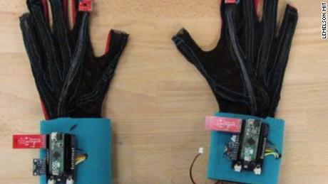 cnnee pkg marta garcia inventores manos que hablan _00001416
