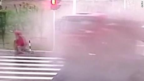 china biker escapes traffic accident jnd orig vstan_00001129