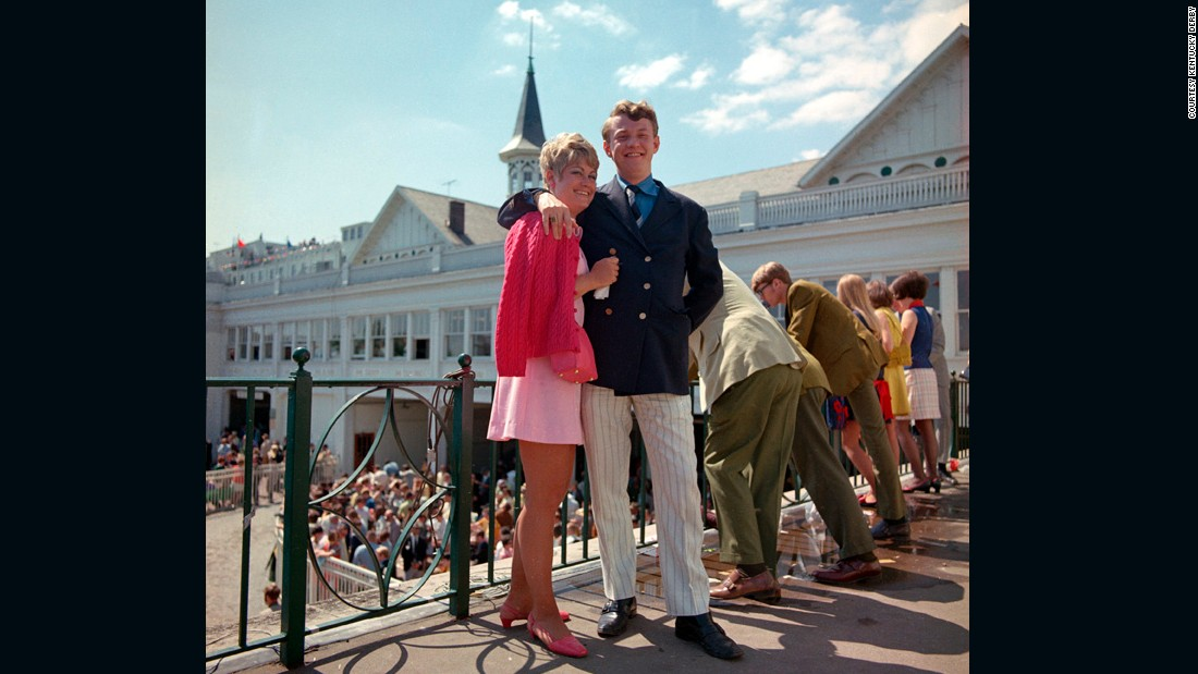 Would you believe it. This couple aren't wearing hats or gloves, and the woman's dress hemline is a good few inches above her knees! Welcome to the 1970s.