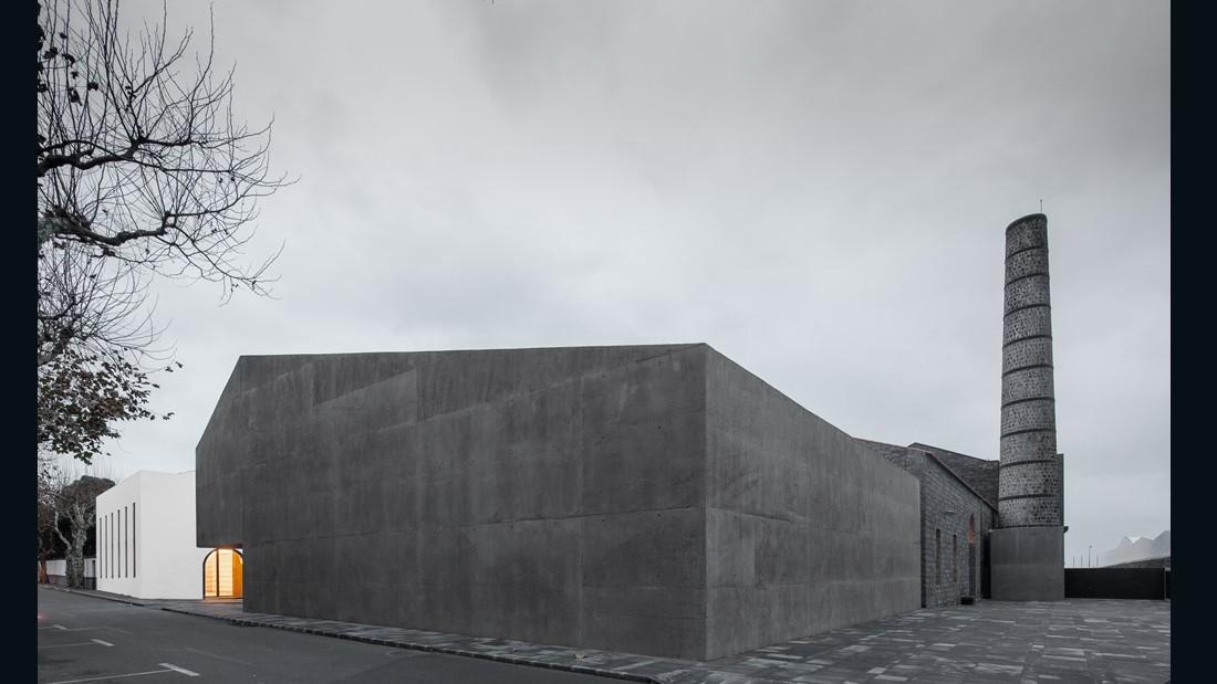 Arquipelago Contemporary Arts Centre. Menos é Mais Arquitectos Associados. 2015, Ribeira Grande, Portugal. (Photo: Jose Campos)